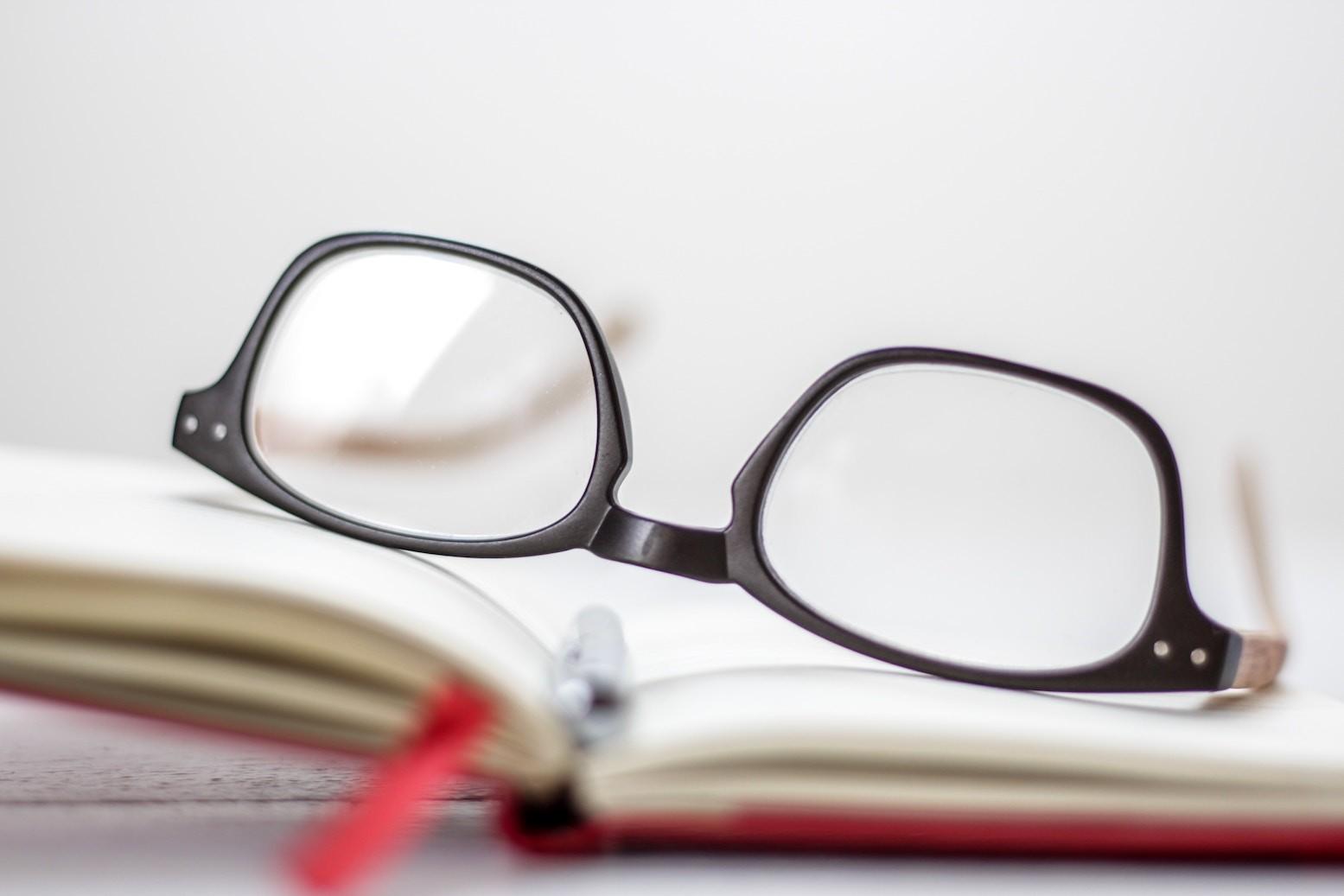 Brille rutscht - Woran es liegt und was Sie tun können