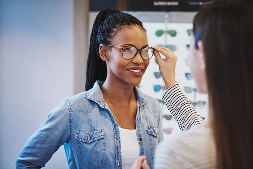 Neu verglaste Brille wird dem Kunden übergeben